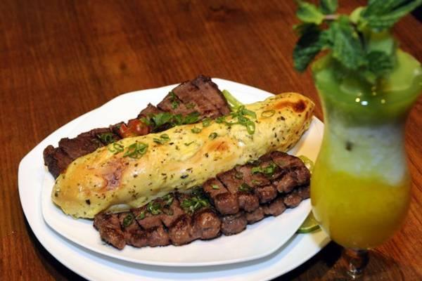 Drink montecristo e o prato picanha em tiras e pão recheado com pasta de alho e champs (Bruno Peres/CB/D.A Press)
