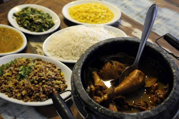 Galinha caipira servida no Santana chama a atenção pelo sabor pela fartura (Bruno Peres/CB/D.A Press)