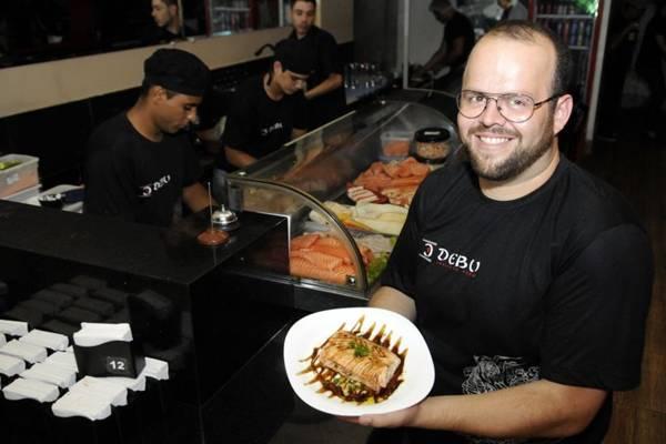 Cristiano Leandro Cardoso, pioneiro na comida japonesa em Taguatinga à frente do Debu (Bruno Peres/CB/D.A Press)