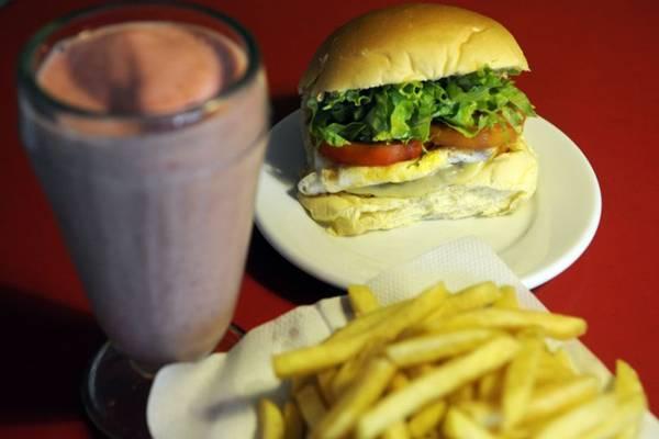 Combo de hambúrguer, fritas e creme de morango: o mais pedido no Master Burguer  (Bruno Peres/CB/D.A Press)