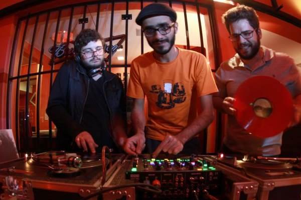 Thiago Freitas, Felipe Romero e Gabriel Hargreaves, do coletivo de DJs Bolachas & Borrachas (Lula Lopes/Divulgação)