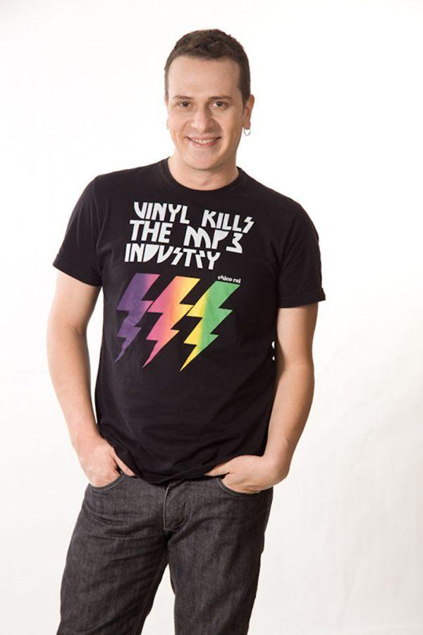 O vocalista da banda Pedra Letícia, Fabiano Cambota é o convidado da Cia. Setebelos (Casa de Artistas/Divulgação)