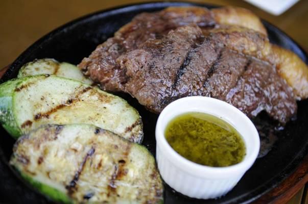 Carnes como o bife de ancho chegam à mesa do Barão Parrilla acompanhadas de pão de alho  ( Bruno Peres/CB/D.A Press)
