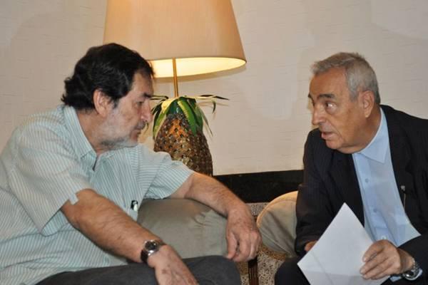 O diretor Jesus Chediak conversa com José Carlos, filho de Pedro Aleixo, para completar pesquisa do documentário  (Divulgação)