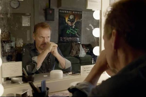 A reflexão do protagonista, interpretado por Michael Keaton, tem início no camarim de um teatro (Fox Films/divulgação)