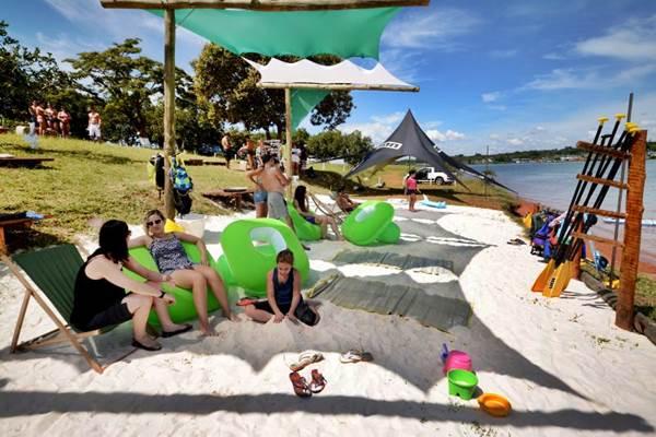 Areia,guarda-sol... Só falta o mar na Praia do Cerrado  (Ricardo Marques/Divulgação)