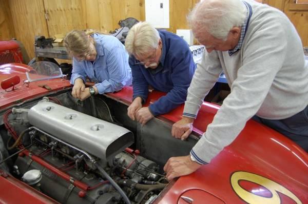 Wayne Carini garimpa veículos em galpões para Em busca de carros clássicos ( Discovery/Divulgação)