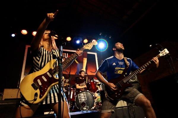 A banda argentina Petit Mort se apresenta no Carnarock (MOSH Produções/Divulgação)