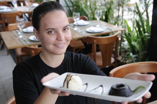 Chef Juliana Paraíso exibe quindim de açaí com sorvete de tapioca, do Fusion (Bruno Peres/CB/D.A Press)