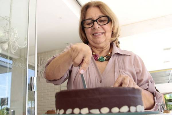 Neide Borges Ferreira e a torta diet de chocolate, elaborada com farinha especial, feita por ela há nove anos (Ana Rayssa/Esp. CB/D.A Press)