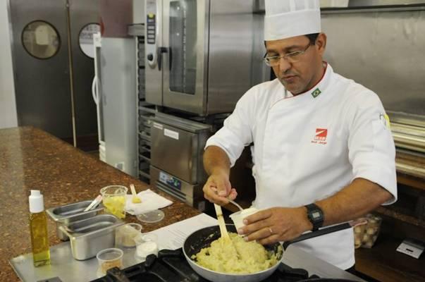 Jorge Luís Costa ensina que a fruta pode ser usada em receitas doces e salgadas  (Bruno Peres/CB/D.A Press)