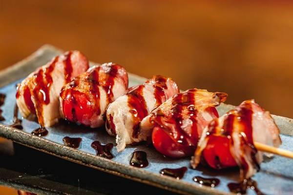 Robata de tomate cereja com bacon do Koi Zushi (Felipe Menezes/Divulgação)