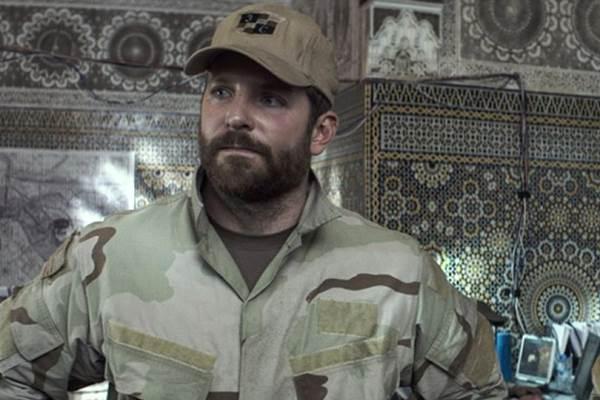 Bradley Cooper impressiona como um típico texano que sai do comodismo para ir ao Iraque (Warner/Divulgação)