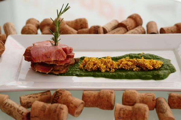 Prato de Lambinho com Pure de Espinafre e Farofa de Pipoca com Mel do Restaurante Trio Gastronomia (Bruno Peres/CB/D.A Press)