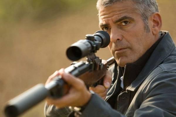 Ator George Clooney em cena do filme Um homem misterioso ( Giles Keyte/Focus Features/Divulgação)
