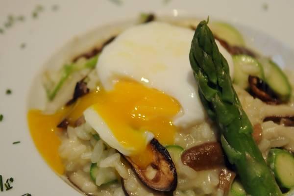 Prato de risoto de cogumelos frescos, aspargos, ovo poche e azeite trufado, do Rio Bistrô e Lounge (Bruno Peres/CB/D.A Press)
