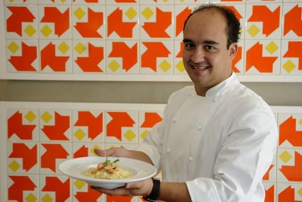 Marcelo Petrarca, chef do recém-inaugurado Bloco C, prepara o mel trufado na cozinha  (Bruno Peres/CB/D.A Press)