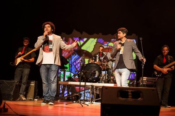 Robson Nunes canta sucessos como Primavera e Não quero dinheiro, enquanto Luiz França lança mão de piadas improvisadas  (Allison Valentim/Divulgação)