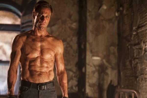 Aaron Eckhart interpreta o lendário monstro  (Lionsgate/Divulgação)
