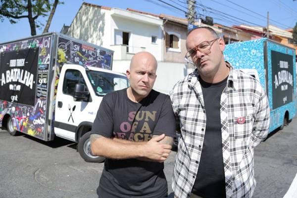 Marcio Silva e Adolfo Schaefer são os apresentadores do reality de food trucks (Tricia Vieira/Divulgação)