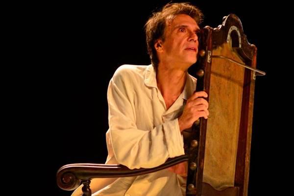 Fernando Eiras interpreta a história trágica dos irmãos Van Gogh em cena (Silvio Pozatto/Divulgação)