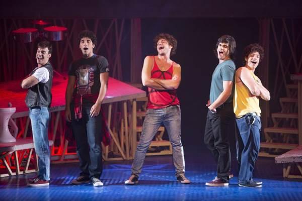 Emílio Dantas (C ) e o restante do elenco: performance emocionante (Leo Aversa/Divulgação)