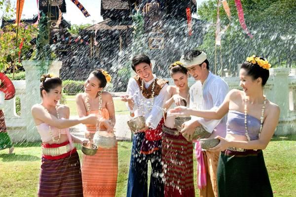 Nas comemorações do Songkran, passagem do ano no país asiático, as pessoas jogam água umas nas outras (Turismo Tailândia/Divulgação)