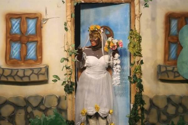 Na peça, Dona Baratinha tenta escolher o pretendente certo (Paki/Divulgação)