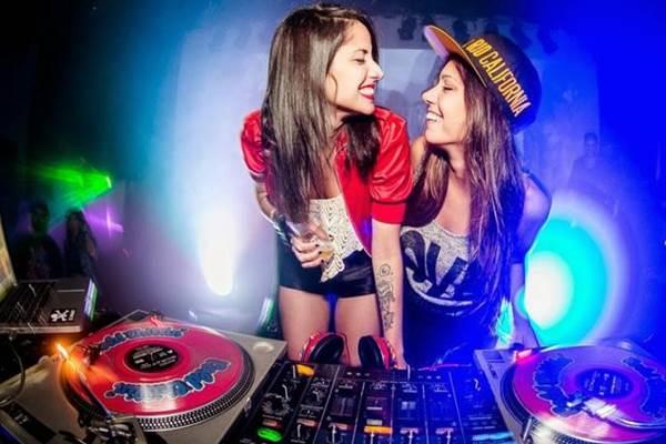 As DJs cariocas Yasmin e Cix, que formam a dupla Cix & Yasmin.  (I Hate Flash/Divulgação)