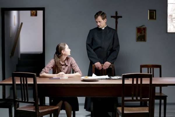 A educação religiosa leva Maria a questionar seus anseios adolescentes  (Europa Filmes/Divulgação)