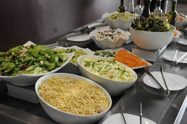 Quatorze variedades de salada compõem o bufê do Executivo (Bruno Peres/CB/D.A Press)