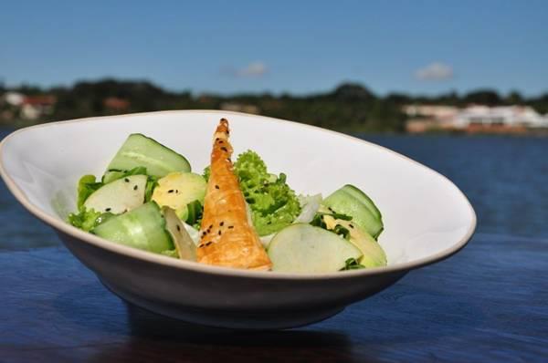 Salada verde: folhas verdes, com maçã, abacate, pepino de erva doce, do chef Carlos Valenti, servido no Restaurante Rubaiyat (Paula Rafiza/Esp.CB)