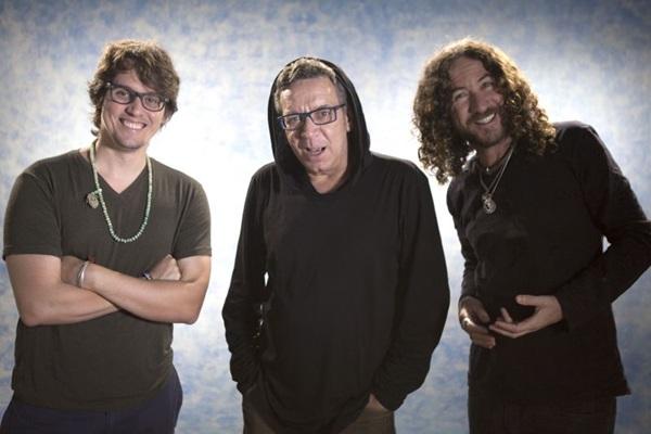 O vocalista Tibério Azul brinca dizendo que pediu desculpas a Chico Buarque pelas versões 'tortas' (Thito Borba/Divulgação)