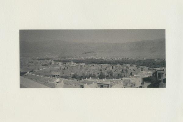 A foto de um hotel de Marrocos é o ponto de partida de Julia Milward em Bom dia, adeus e obrigada  (Alfinete Galeria/Divulgação)