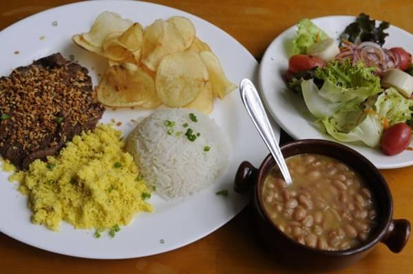 Filé à Oswaldo Aranha, prato servido todos os dias na casa, acompanhado pela salada verde de entrada   (Bruno Peres/CB/D.A Press)