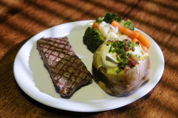 No American Prime, o filé é combinado com legumes  e batata recheada   (Bruno Peres/CB/D.A Press)