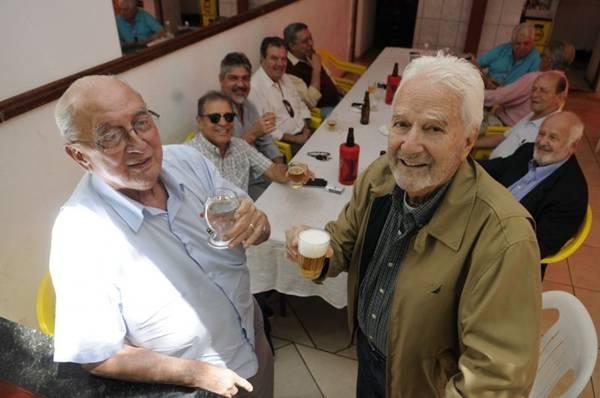 Sebastião Valadares e Roberto Macedo se encontram para lembrar deliciosas histórias de amizade (Bruno Peres/CB/D.A Press)