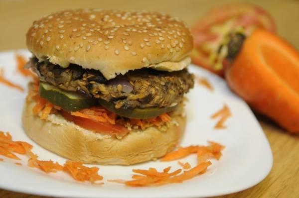 Hambúrguer vegano de berinjela, da casa vegana Faz Bem (Bruno Peres/CB/D.A Press)