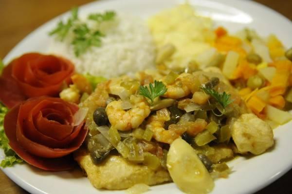 O filé de peixe ao molho de camarão é um dos pratos do cardápio do restaurante e bar Fausto & Manoel (Bruno Peres/CB/D.A Press)