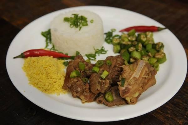 Galinha caipira, do Esquina Mineira, com arroz, farofa e quiabo  (Bruno Peres/CB/D.A Press)