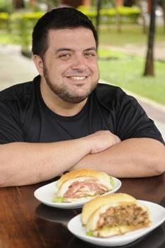 Leonardo Boccucci e dois sanduíches do Sapori Paulista: Mercadão de São Paulo e Estação da Luz (Bruno Peres/CB/D.A Press)