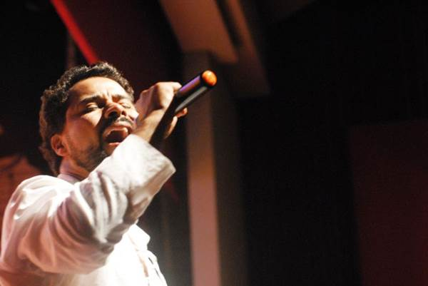 O ator Rogério Silvestre vive o cantor no espetáculo (Lorena Vinturini/Divulgação)