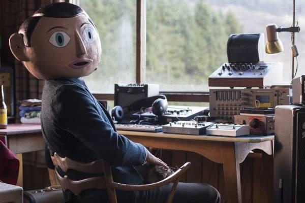 Em Frank, Michael Fassbender atua com uma cabeça de papel machê  ( Europa Filmes/Divulgação)
