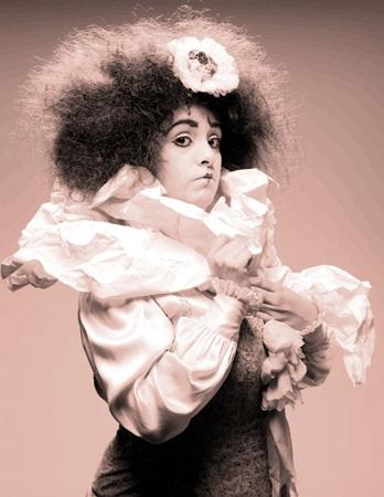 Em Perhaps, Perhaps... Perhaps a atriz mexicana Gabriela Muñoz se espelha em Chaplin  (Nossa Produção/Divulgação)