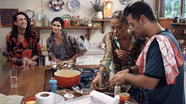 Dudu Bertholini, Carol Ribeiro, Alexandre Iódice e Adriane Galisteu batem papo descontraído enquanto cozinham (Kelly Fuzaro/Divulgação)