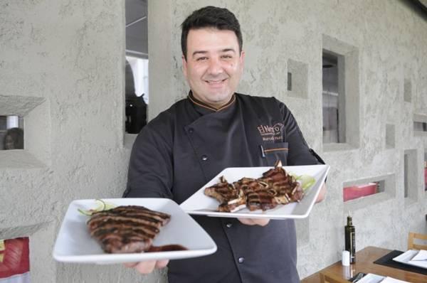 Marcello Piucco, do El Negro, exibe dois cortes bovinos: asado de tira e vacio premium  (Bruno Peres/CB/D.A Press)