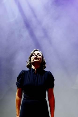 Anne Carrere interpreta Edith Piaf ( Alain Biguet/Divulgação)