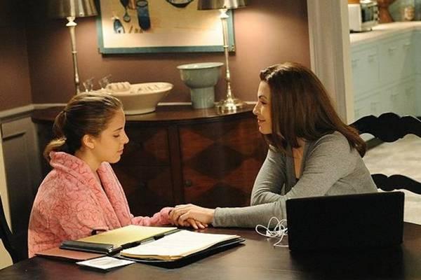 Grace Florrick (Makenzie Vega) e Alicia Florrick (Julianna Marguiles): a boa relação entre filha e mãe (Universal Channel/Divulgação)