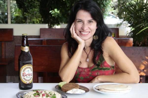 A cantora Célia Porto aposta nas delícias do Beirute  (Ana Rayssa/Esp. CB/D.A Press)