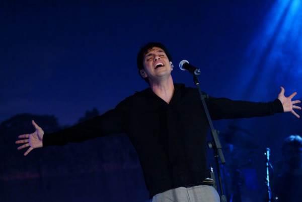 O cantor também deve apresentar músicas do novo trabalho  (Washington Possato/Divulgação)
